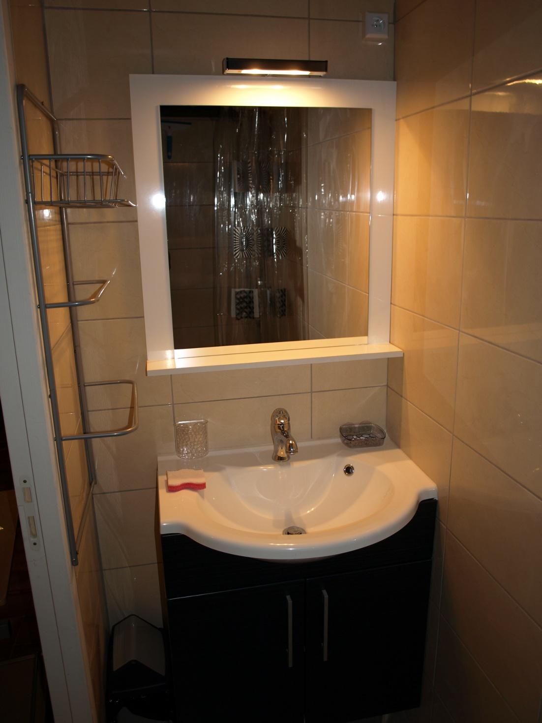 Maisonnette43 maisonnette43140 for Salle de bain translation
